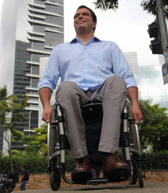 Homem sentado na cadeiras de roda, usando roupa social