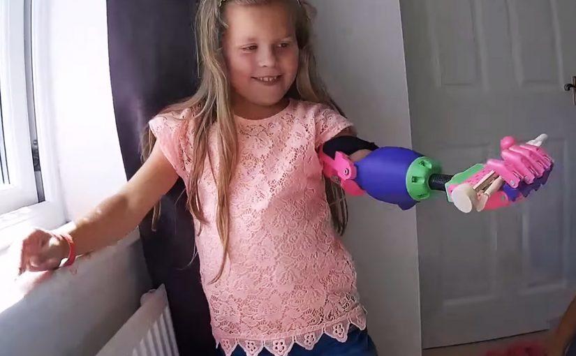 Isabella recebe um braço mecânico feito em uma impressora 3D (enablingthefuture.org/Reprodução/Reprodução)
