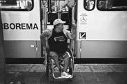 Cadeirante de costas para a porta do ônibus, tentando embarcar no coletio