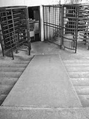Rampa de acesso com duas estadas na lateral em direção a entrada de um grande
